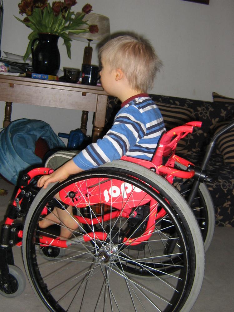 chłopiec na wózku inwalidzkim