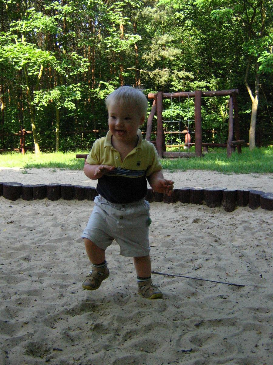 dziecko chodzi