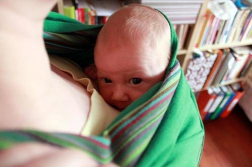 niemowlę noszone wchuście