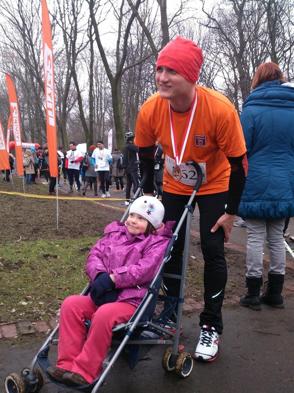 pomarańczowy maratończyk z siostrzenicą