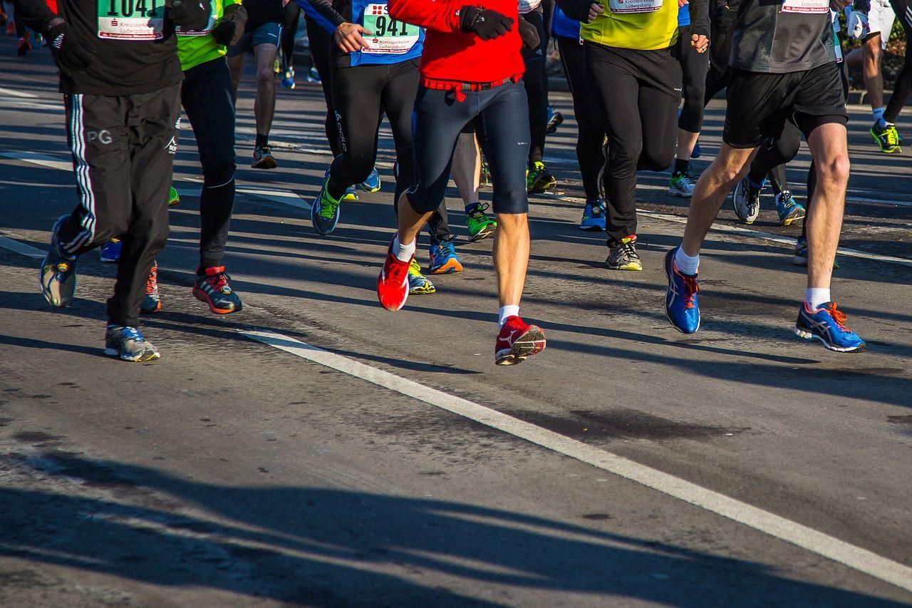 biegacze na maratonie