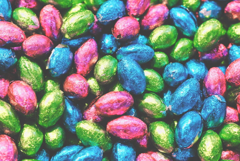 kolorowe, czekoladowe jajka wielkanocne