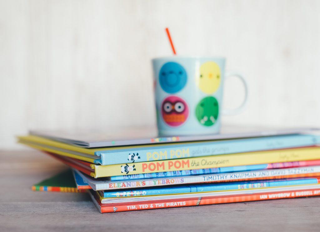 dziecięce książki i kubek