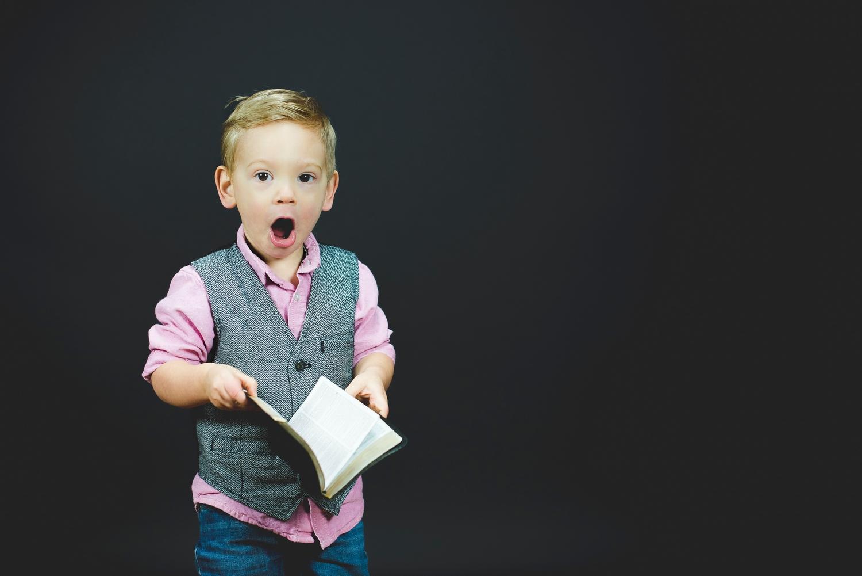 chłopiec z książką