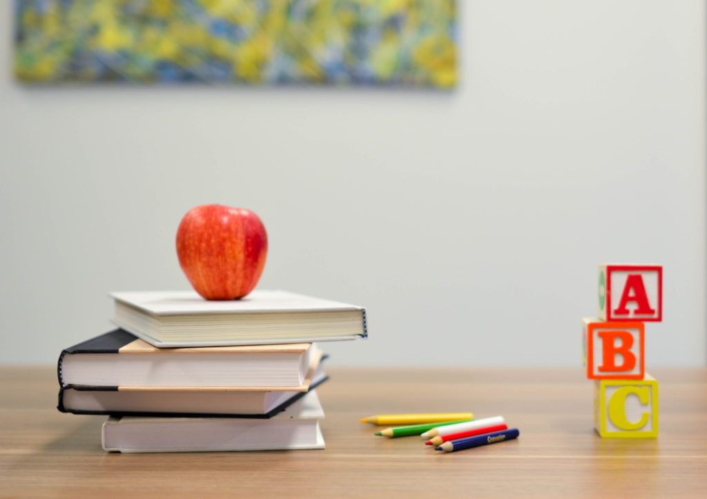 ksiązki i jabłko