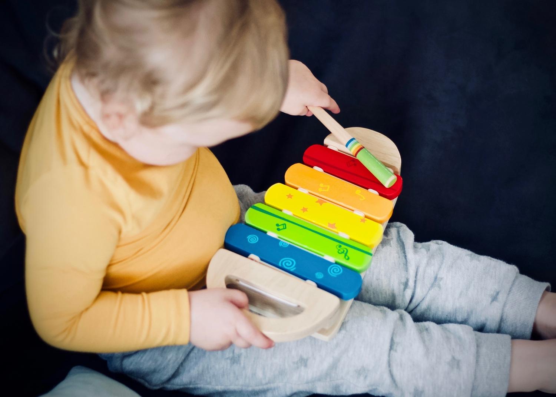 dziecko gra na cymbałkach