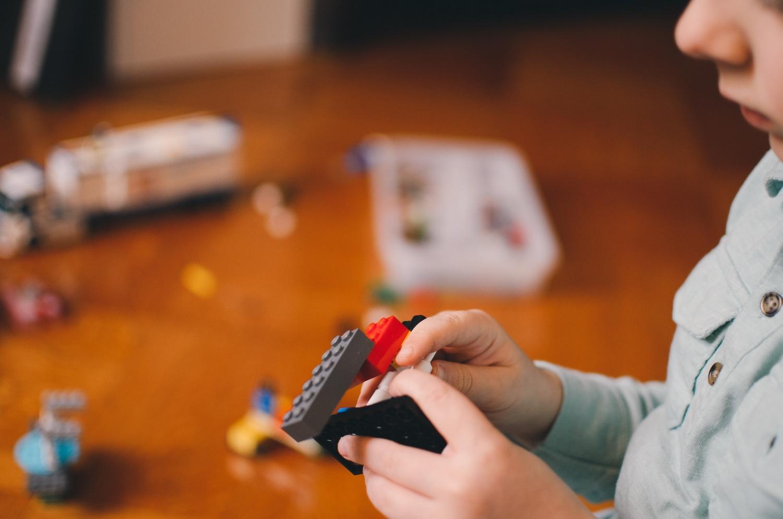 dziecko budujące z klocków