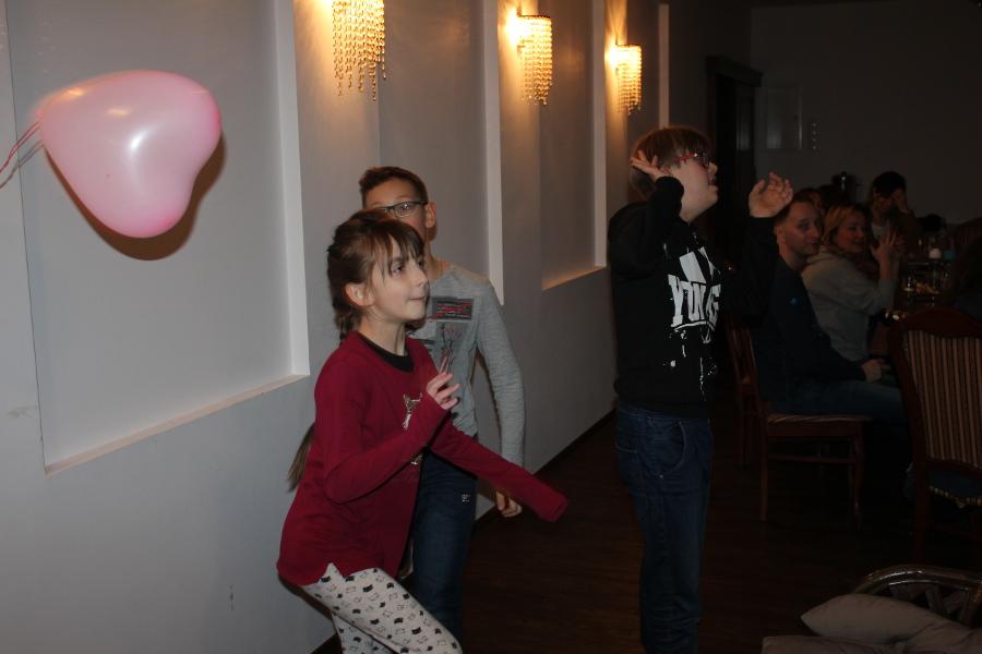dzieci grają wsiatkówkę balonem